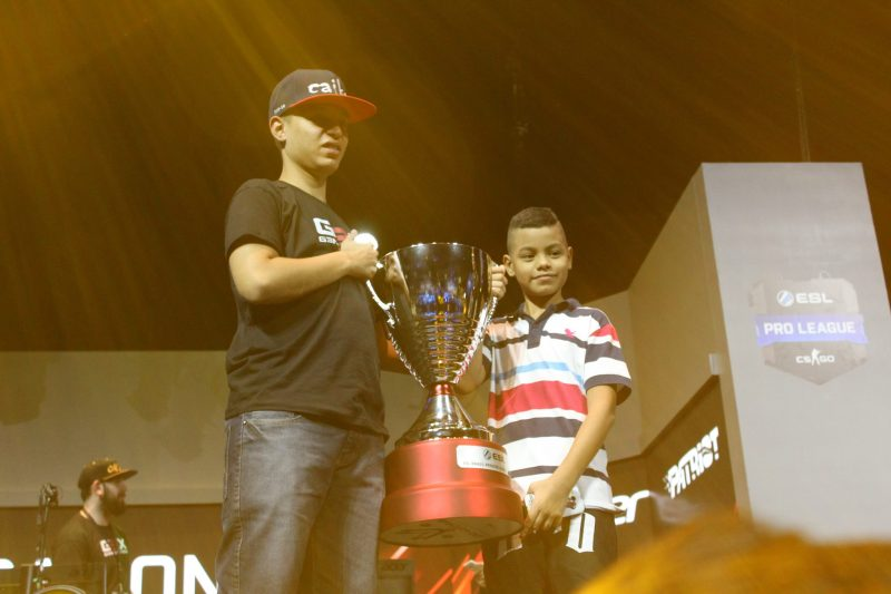 (Caike e seu irmão comemorando a conquista do título da ESL Premier Brazil/foto Larissa Gomes)